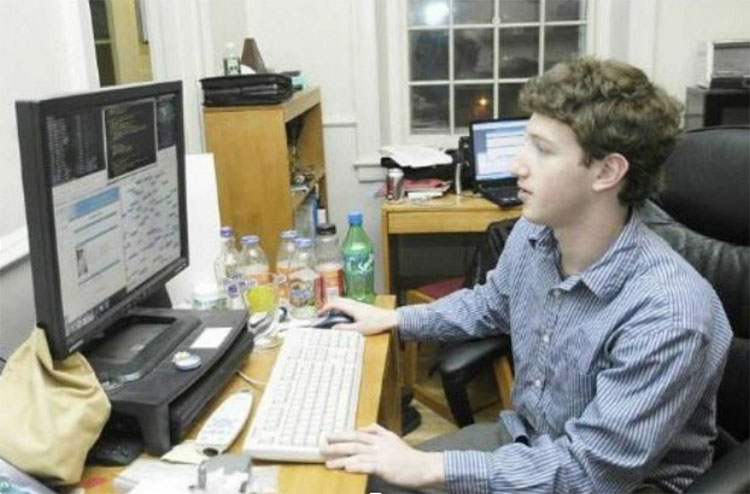 Mark Zuckerberg ghi danh vào trường trung học danh tiếng Phillips Exeter Academy ở New Hampshire.